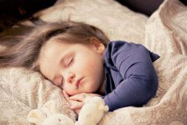 ¡Duermo con mi papá y mi mamá!